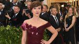 Schauspielerin Scarlett Johansson sorgte für einen kleinen Skandal: Sie trug ein Kleid von Marchesa. Das Label von Harvey Weinsteins Ex-Frau Georgina Chapman wird seit dem Missbrauchsskandal eigentlich von Hollywood-Stars ignoriert.