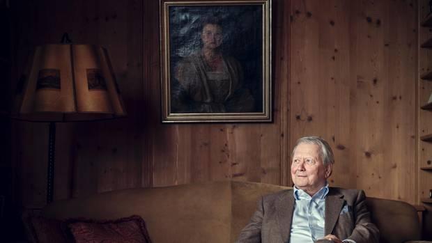 Porsche in seinem Haus in Zell am See. Das Porträt zeigt seine Großmutter Aloisia