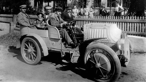 """E-Mobilität 1902: Patriarch Ferdinand Porsche (am Steuer) mit dem """"Lohner Mixte"""""""