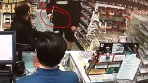 Polizist zieht in der Tankstelle seine Waffe, um Kaubonbon-Diebstahl zu verhindern