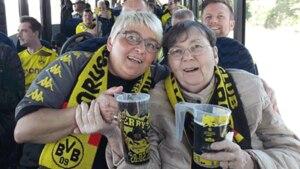 BVB-Fan Uta Westhold (rechts) auf dem Weg zum Stadion