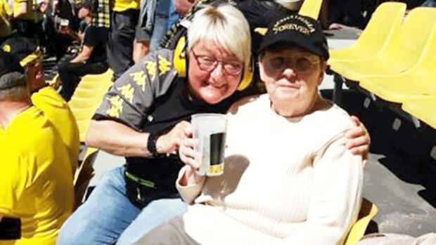 Fanclub-Vorstandsmitglied Monika Naber (links) und Uta Westhold (rechts) bei bestem Wetter im Signal Iduna Park