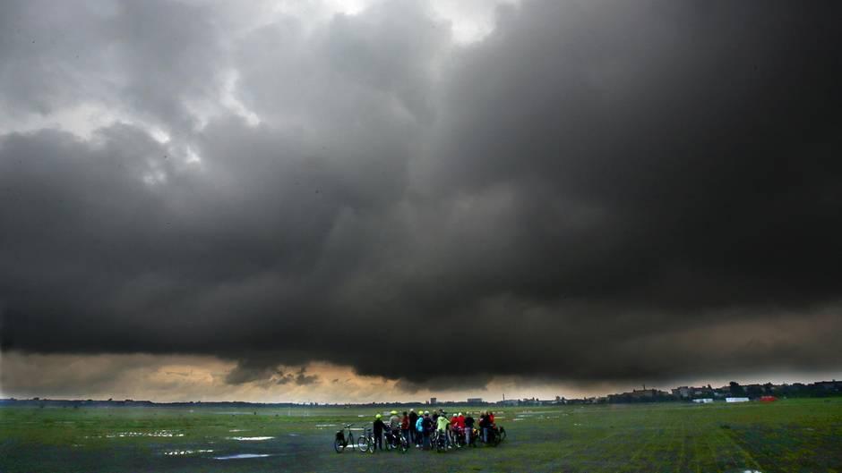 Dunkle Gewitterwolken Vatertag