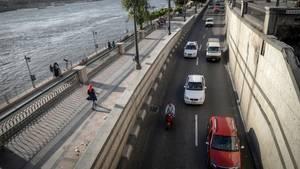 Taxen und ein Uber-Fahrzeug fahren am Nil in Ägypten entlang