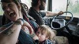 Samantha und Scott sind seit einem Jahr ein Paar und reisen gemeinsam mit Samanthas Sohn Atlas und drei Hunden in einem alten Schulbus durchs Land