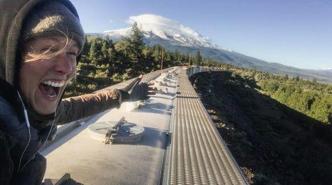 Vor ihr der Mount Shasta im Norden Kaliforniens: Tamina Florentine Zuch dokumentierte ihre Reise zum Teil mit einer Handykamera. Für das Klettern auf den Zügen konnte sie nur einen kleinen Rucksack mitnehmen