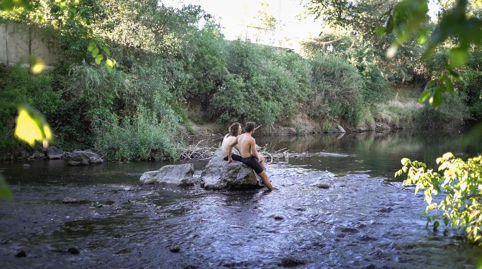 Die beiden Freunde genießen das Bad in einem Fluss in Roseville. Unterwegs gibt es wenig Gelegenheit, sich ausgiebig zu waschen