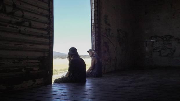 Draußen zieht die Landschaft vorbei, im Waggon sitzen Red (r.) und Scotty (l.). Red ist inzwischen sesshaft, mit dem Güterzug fährt er nur noch selten