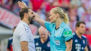 Schiedsrichterin Bibiana Steinhaus (r.) schickt Kölns Trainer Stefan Ruthenbeck auf die Tribüne
