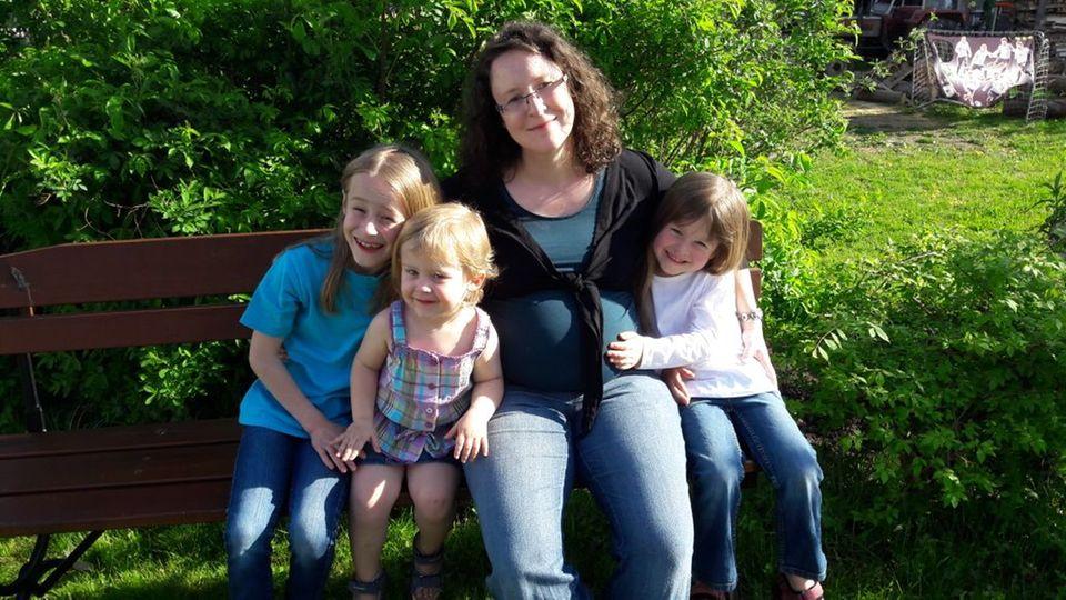 Claudia Spiegele mit ihren drei Kindern - zwei weitere sind unterwegs.