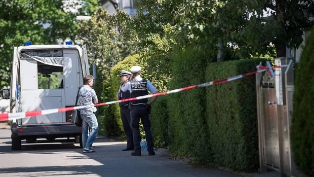 Einsatzkräfte der Polizei stehen vor einem Reihenhaus in Stuttgart