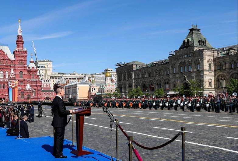 """Der 9. Mai ist eines der wichtigsten Daten im russischen Kalender: An diesem Tag feiert Russland den Sieg über Nazi-Deutschland. Seit nun 73 Jahren werden dabei Militärparaden abgehalten. In Moskau findet traditionell die größte Parade statt. Wladimir Putin eröffnete sie in diesem Jahr bereits zum 13. Mal mit einer Ansprache an die Nation. """"Unser Soldat und unser Volk haben Europa vor dem Holocaust und vor Sklaverei befreit"""", sagte der Kreml-Chef stolz.Heute werde der Sieg der Sowjetunion hinterfragt, obwohl kein anderes Land der Welt so einen Angriff abgewehrt hat und abwehren konnte, betonte er."""