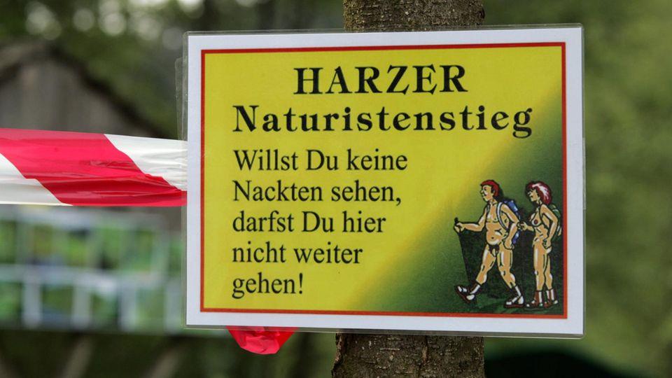 Warnschild im Südharz: Der Harzer Naturistenstieg ist 18 km lang und führt von Dankerode im Landkreis Harz zur Wippertalsperre im Landkreis Mansfeld-Südharz und zurück.