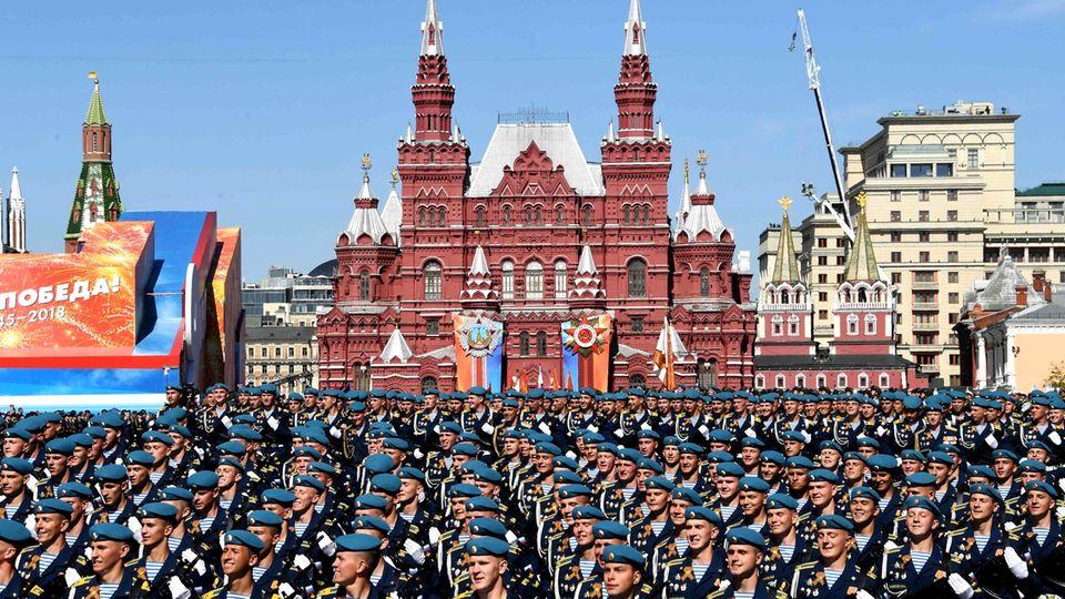 Fallschirmjäger aus Rjasan und Kostroma marschierten an den Zuschauern vorbei.