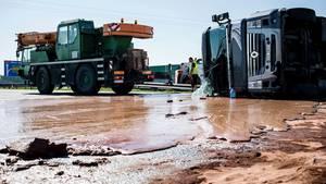 Lkw-Unfall in Polen taucht Autobahn in Schokolade