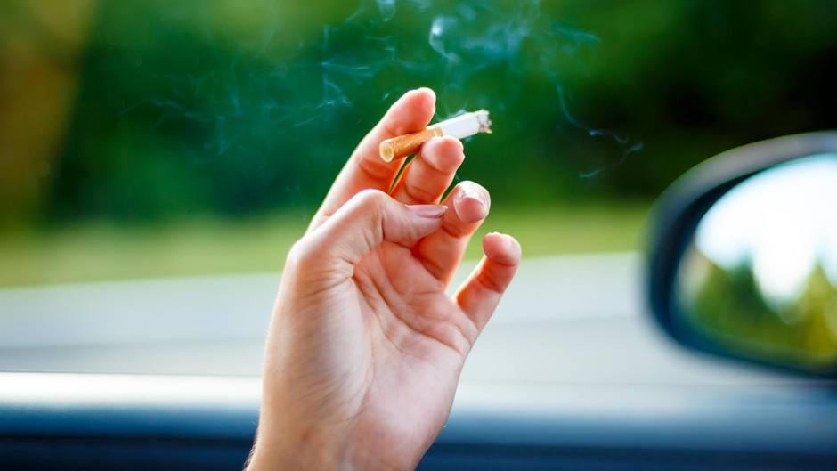 Rauchen beim Autofahren? Mit diesen drei Tipps schaffen Sie es vielleicht zum Nichtraucher