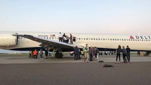 Passagiere eines Delta Air Lines Fluges mit dem Kürzel DL1854 von Detroit nach Denver werden aus dem Flugzeug evakuiert.