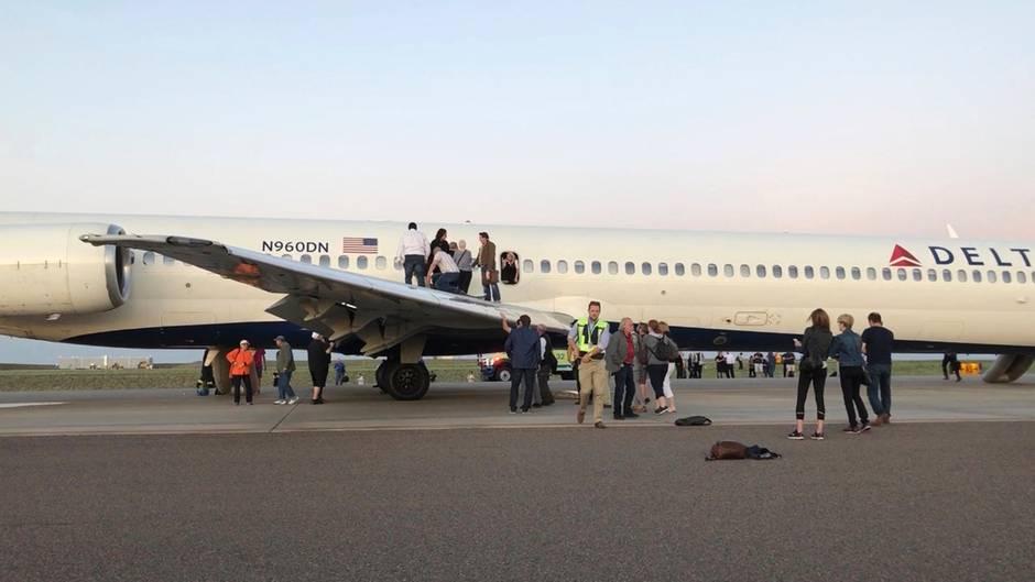 Delta Air Lines: Rauch an Bord - Passagiere flüchten ins Freie ...