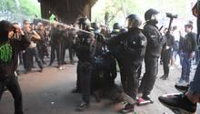 Nicht nur wie hier am 1. Mai in Berlin sind Polizisten Angriffen ausgesetzt