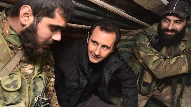 Baschar al Assad besucht Soldaten in einem Schutzbunker in der Nähe von Jobar, einem Vorort von Damaskus, Syrien