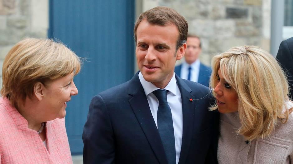 Emmanuel Macron mit seiner Frau Brigitte (r.) und Angela Merkel vor der Verleihung des Karlspreises in Aachen