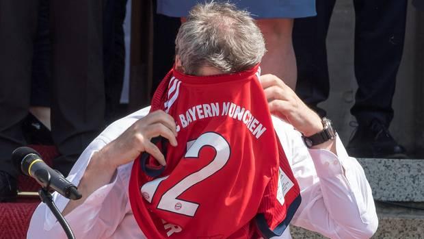 Markus Söder streift sich FC-Bayern-Trikot falsch über