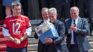 """Markus Söders verpatzter Trikottausch: """"Neuer Erlass in Bayern: Das Kreuz darf nicht beschriftet werden"""""""