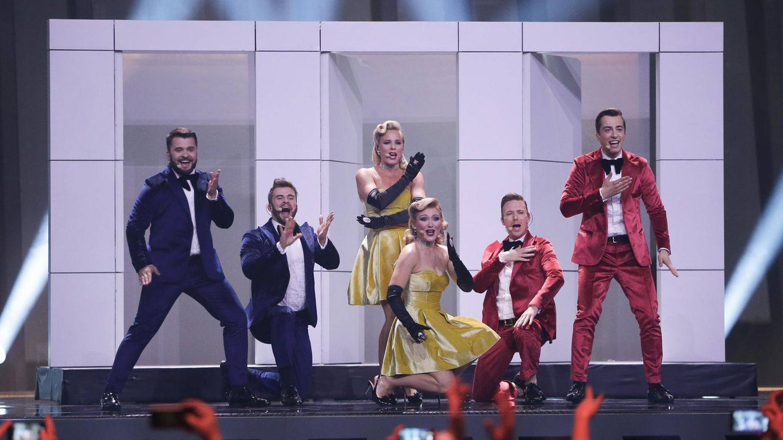 In blauen oder roten Anzügen und gelben Kleidern stehen die sechs Mitglieder von DoReDos aus Moldawien auf der ESC-Bühne