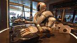 """Mit Superlativen wie Wasserrutschen, Formel-1-Simulatoren hält sich die Reederei zurück, doch ist jetzt auch ein Roboter an Bord: In der """"Großen Freiheit"""" mischt er keine Cocktails, sondern legt als künstlicher DJ Platten auf."""
