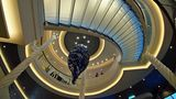 Blickfang in der Lobby, die sich über drei Decks erstreckt: ein Sardinenschwarm hängt als Kunstwerk von der Decke neben den semitransparenten Treppenstufen.