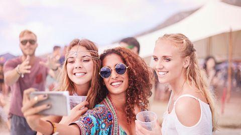 Drei Frauen auf einem Festival, die ein Selfie von sich machen