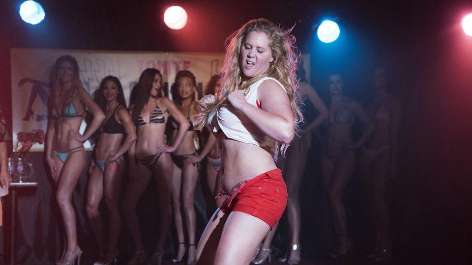 Bei einem Bikini-Wettbewerb tanzt sich Renee in die Herzen der Zuschauer