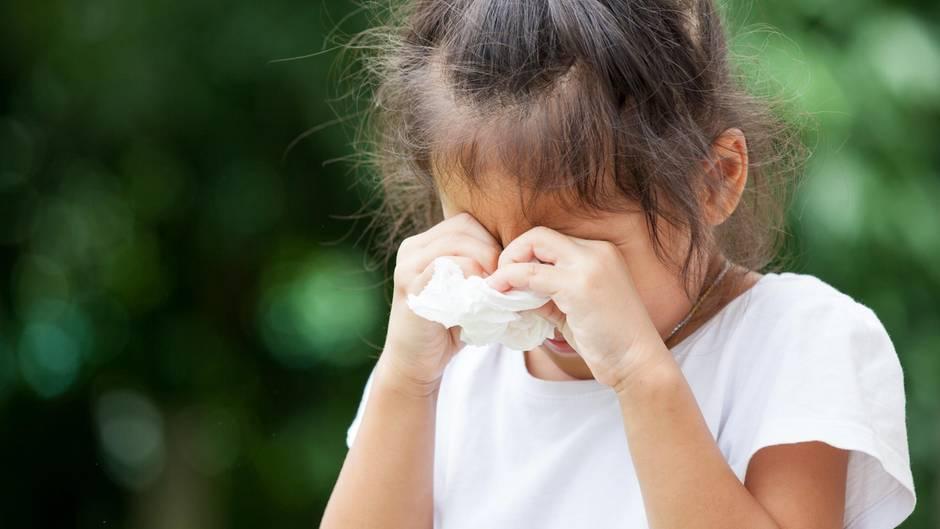 Ein kleines Mädchen weint