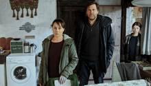 Franziska Tobler (Eva Löbau, l.) und Friedemann Berg (Hans-Jochen Wagner) sind auf dem Hof der Böttgers eingetroffen, um die Familie zu befragen. Dazu gehört auch Mechthild (Janina Fautz), die jüngere Schwester der toten Sonnhild.