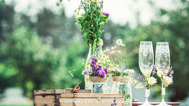 Weniger ist mehr!  Opulente Blumensträuße und Gestecke sind schön – aber längst nicht immer nötig, wenn es um einen schönen oder gar edel gedeckten Tisch geht. Der Trick: Anstelle von großen Sträußen, einfach mal zu einzelnen Schnittblumen, zum Beispiel Ranunkeln, Tulpen, oder Rosen greifen und diese in unterschiedlich großen Portionen in verschiedenen Vasen, Flaschen und Gläsern auf dem Tisch dekorieren. Das Ganze lebt von kleinen, aber feinen Unterschieden: Immer etwas höhere mit etwas niedrigeren Schnittblumen, sowie etwas feinem und gröberem Grün mischen. Nichts binden, sondern einfach locker in unterschiedlich großen und verschieden geformten Vasen fallen lassen. Je nach Jahreszeit immer mal wieder bei den Farben und Blumen ganz nach persönlichem Gusto und passend zum Anlass variieren. So entsteht im Nu ein kleiner, wilder – oder auch weniger wilder! – Bauerngarten im Glas!