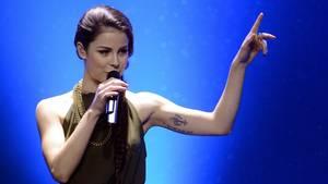 """Die Sängerin Lena singt auf der Bühne als Gast beim deutschen Vorentscheid """"Eurovision Song Contest 2013"""