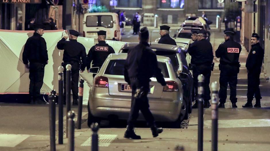 Ein Angreifer tötete am Samstagabend in Paris einen Passanten und verletzte vier weitere Menschen