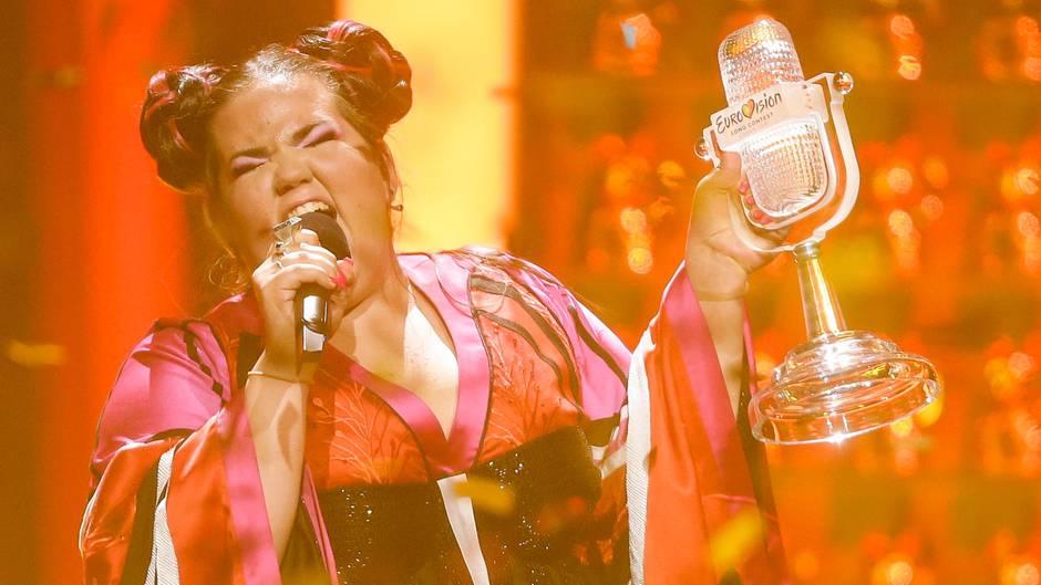 """Mit der Trophäe in der Hand singt Netta ihren Gewinnersong """"Toy"""" beim ESC 2018 in Lissabon"""