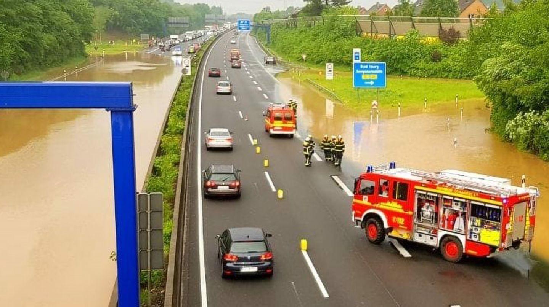 Die A30 ist nach einem Gewitterschauer bei Osnabrück in einer Fahrtrichtung komplett überflutet