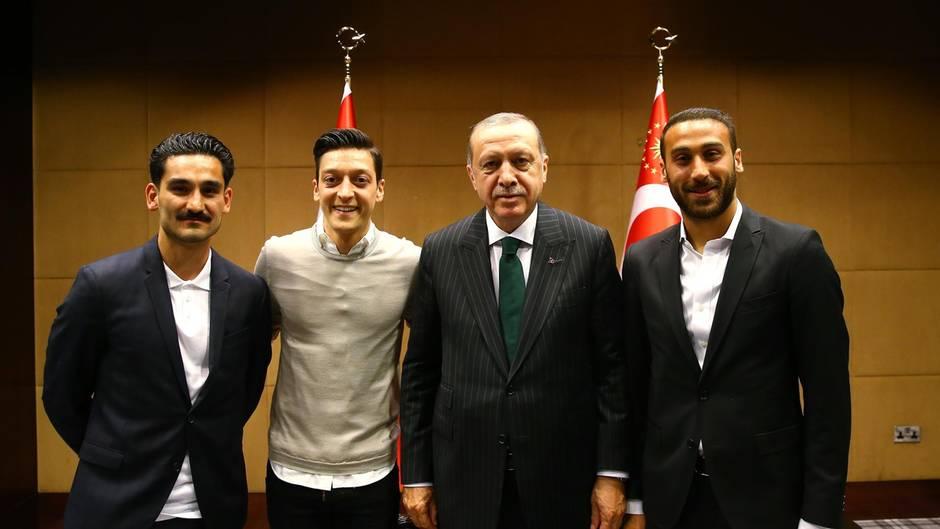 Treffen mit Erdogan: Mesut Özil und Ilkay Gündogan mit dem türkischen Präsidenten