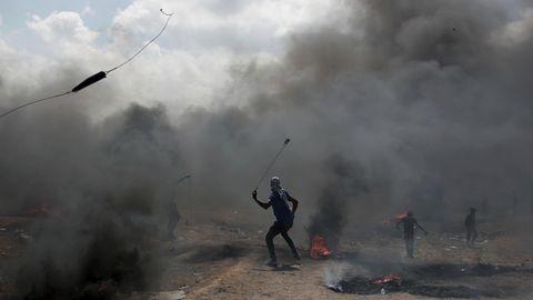 Palästinenser schleudern Steine an der Grenze zu Israel
