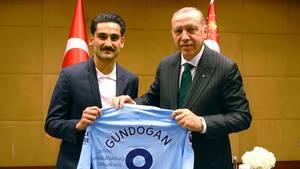 Erdogan zu Besuch in London: Ilkay Gündogan posiert und verschenkt sein Trikot