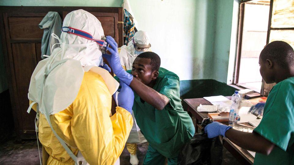 Gesundheitspersonal im Kongo trägt Schutzkleidung gegen Ebola-Virus