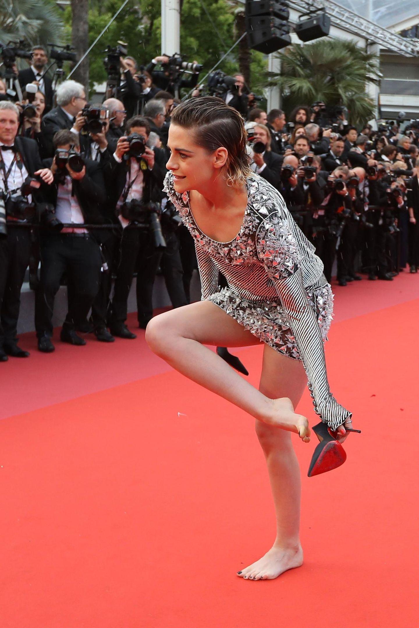 """Schauspielerin Kristen Stewart gehört zur Jury des diesjährigen Filmfestivals in Cannes. Nach zahlreichen Auftritten in Designerkleidern und High Heels hatte die 28-Jährige bei der Premiere des Films """"BlacKkKlansman"""" offenbar die Nase voll von dem unbequemen Schuhwerk. Stewart zog kurzerhand ihre Stilettos aus und spazierte barfuß die Stufen zum Festivalpalast empor. Immerhin, ihr Chanel-Kleid schien da deutlich bequemer."""