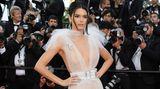 """In einem Hauch von Nichts zeigte sich Model Kendall Jenner bei der Premiere des Films """"Girls Of The Sun"""". Die weißeSchiaparelli-Robe war nicht das einzige freizügige Outfit der 22-Jährigen. Bereits zur Party des Uhren- und Schmuckherstellers Chopard erschien Jenner halbnackt."""