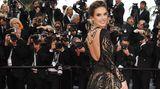 Model Alessandra Ambrosio präsentierte Rücken-Dekolleté mit üppiger Kette. Die 37-Jährige wählte eine Robe von Zuhair Murad.