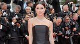 Sie kann auch elegant: Sängerin Lena Meyer-Landrut in schwarzer Robe und silbernen High Heels.