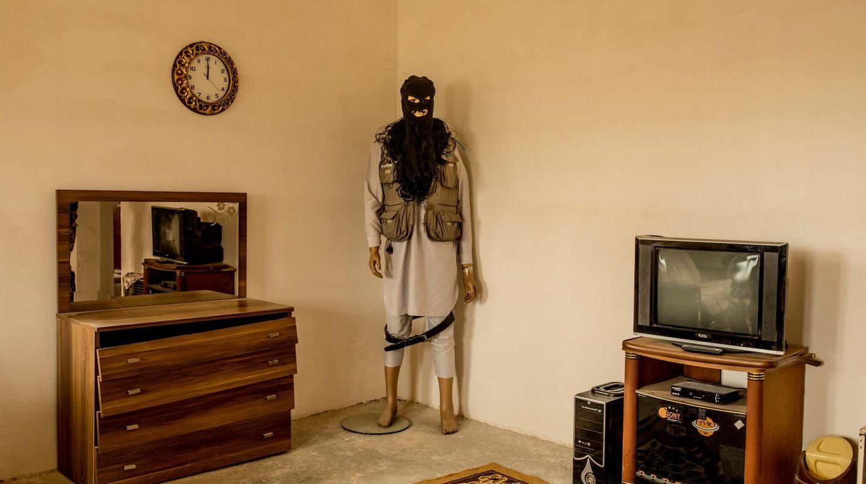 Schaufensterpuppe, die als IS-Kämpfer verkleidet ist