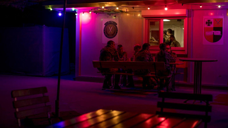 Soldaten sitzen vor der Containerbar in Erbil