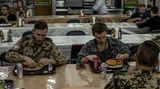 Soldaten essen in der Kantine